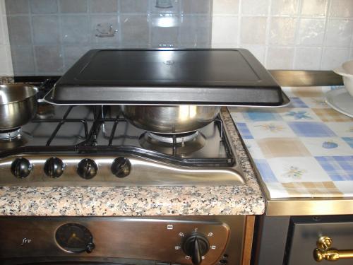 Riempire una pentola di acqua, scaladarla (bastano 60-70°C) e disporre una teglia in superficie.