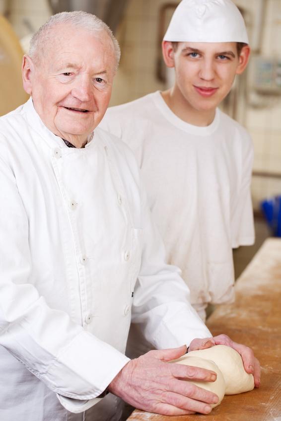 zwei generationen arbeiten in der bäckerei