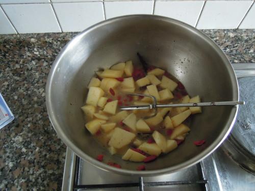 Togliere la bacca di vaniglia, aggiungere il succo d'acerto, l'aceto, l'olio extravergine, l'olio essenziale di limone e la mela a cubetti.