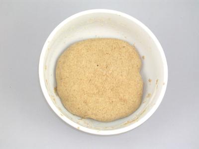 Aggiungo altri 50g di farina integrale e 27ml di acqua, impasto 10 min. e lascio riposare 48 ore.
