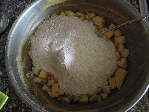Aggiungere a questo punto la farina setacciata miscelata al bicarbonato di sodio, al sale e alla curcuma.
