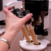Analisi del Falling Number: inserimento de tubo viscosimetrico in acqua calda.