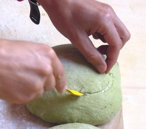 Taglio del pane in superficie.